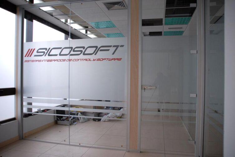 Acondicionamiento de las oficinas de Sicosoft (Parte II): Montaje del pavimento técnico e instalación de la mampara