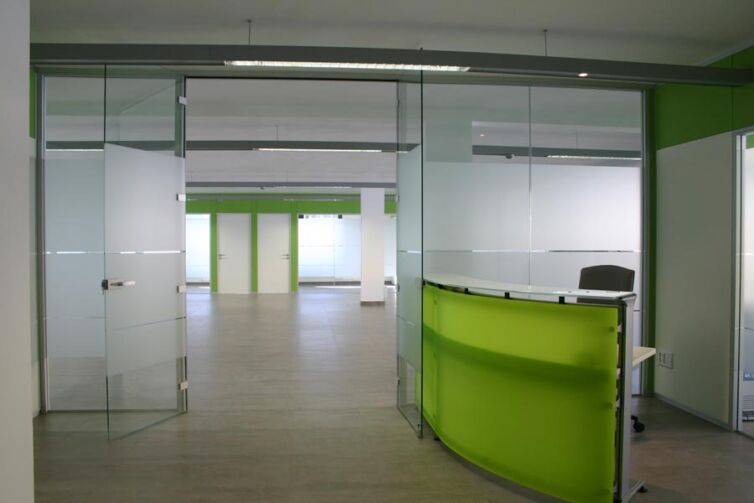 Instalación de mampara de oficina y acondicionamiento de la sede de Brightpoint
