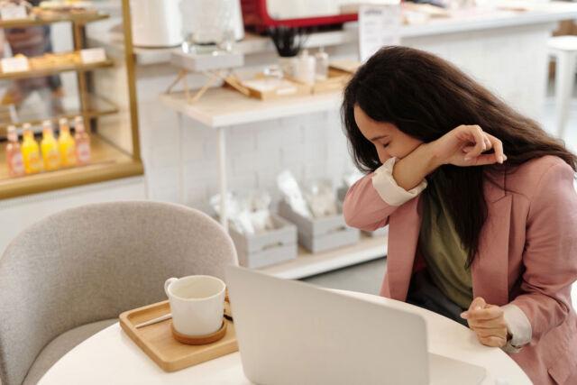 Trucos para superar la temporada de alergia en la oficina